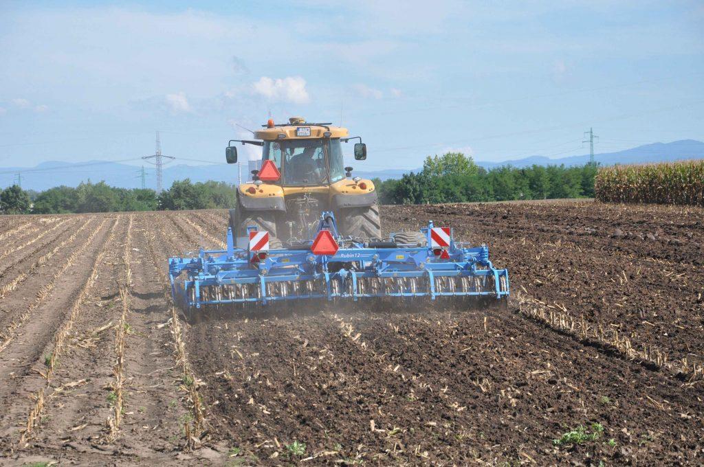Lemken Rubin 12 je určený pre obrábanie pôdy do hĺbky 20 cm.